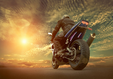 구름과 하늘 아래 오토바이에 남자 시트