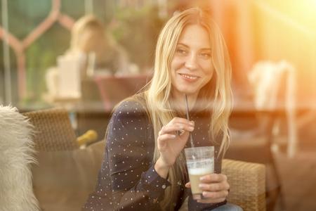 ragazze bionde: La felicità femminile con il caffè. Vista attraverso il vetro.