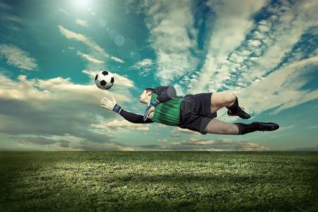 portero: Jugador de fútbol con bola en la acción exterior.
