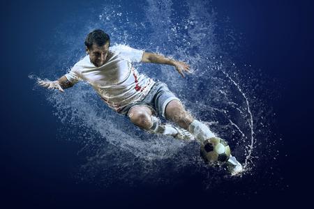 Respingo de gotas ao redor jogador de futebol sob a