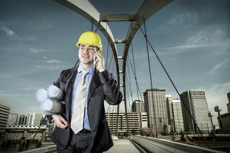 전화로 말하기 보호 헬멧 건축가 스톡 콘텐츠