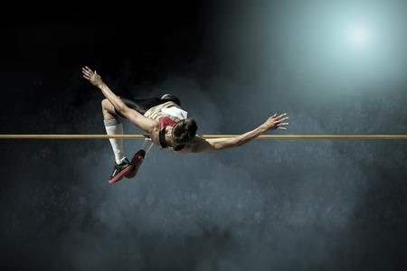 atletismo: Atleta en la acción de salto de altura.