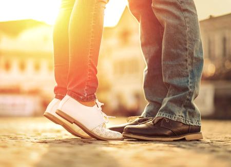 커플 발자취는 햇빛 아래 거리 숙박