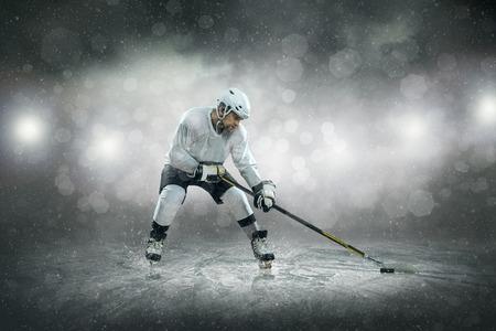 hockey sobre hielo: Jugador de hockey sobre hielo en el hielo, al aire libre