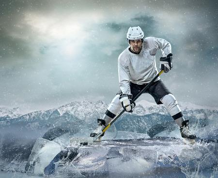 hockey hielo: Jugador de hockey sobre hielo en el hielo Foto de archivo