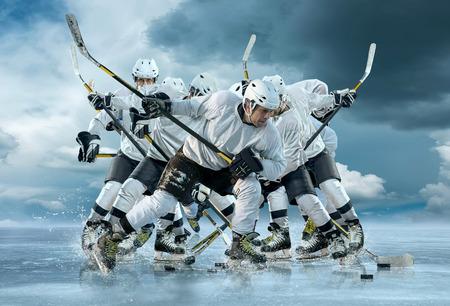 acion: Jugador de hockey sobre hielo al aire libre en la acción alrededor de las montañas