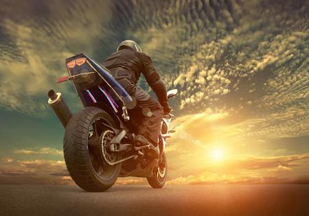 Man zetel in de motorfiets onder hemel met wolken