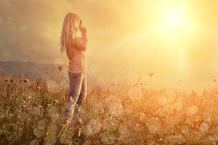 sol: Mujer de la felicidad permanecer al aire libre bajo la luz del sol de la puesta del sol