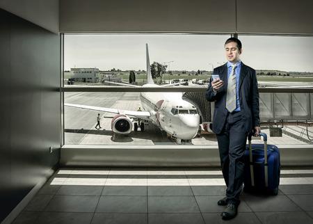 Zakenman met bagage op de luchthaven Stockfoto
