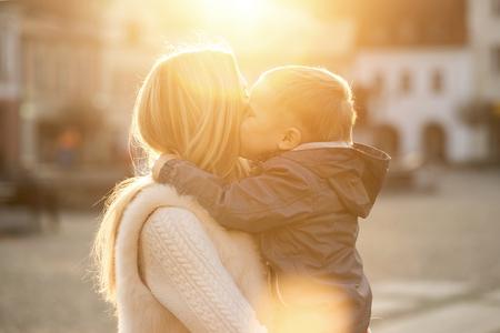 Geluk moeder en zoon op de straat op zonnige dag.