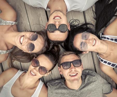 alegria: Retrato de grupo de amigos en el fondo de madera.