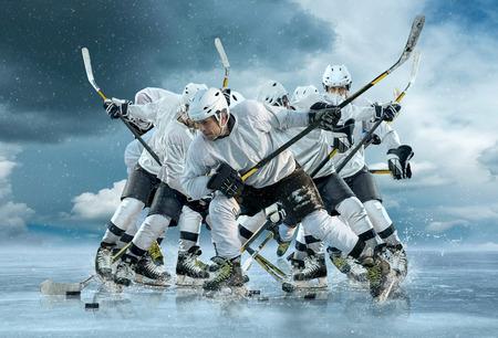 Giocatore di hockey su ghiaccio in azione esterna intorno montagne Archivio Fotografico - 48448356