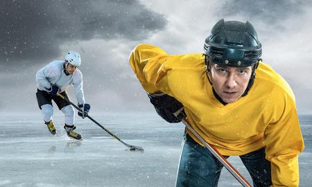 hockey sobre hielo: Jugador de hockey sobre hielo en el hielo en las montañas