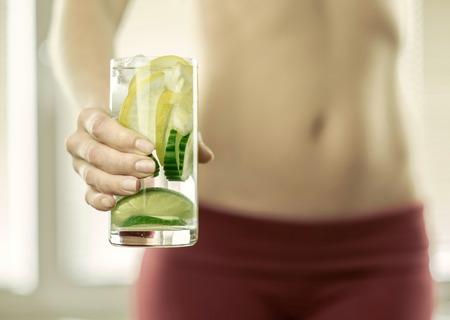 vaso de jugo: Coctail saludable en las manos de las mujeres de la aptitud.