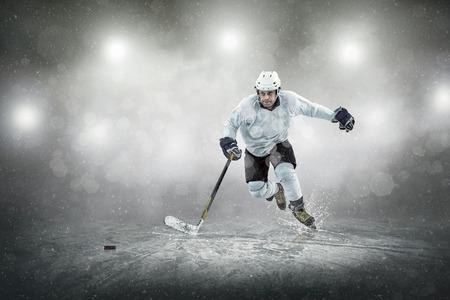 patinaje sobre hielo: Jugador de hockey sobre hielo en el hielo, al aire libre