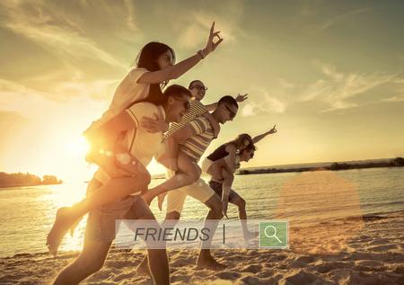 personas saltando: Amigos de la diversión en la playa bajo la luz del sol puesta de sol.