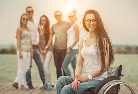discapacitados: Los jóvenes en el muelle con ellos amigo discapacitados.