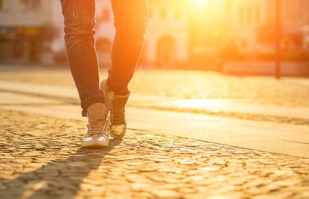 dia soleado: Womansfoots en la calle en día soleado. Foto de archivo