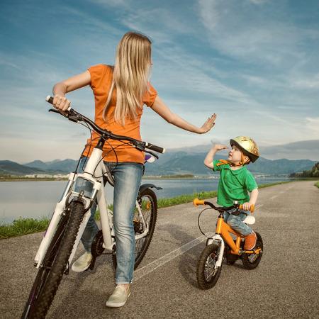 행복 야외에서 funning 자전거에 어머니와 아들