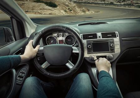 hombre conduciendo: Hombre sentado y conducir en el coche Foto de archivo
