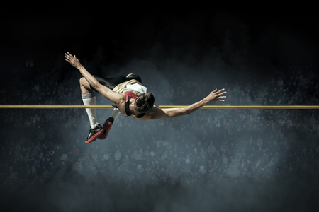 Atleta en la acción de salto de altura. Foto de archivo