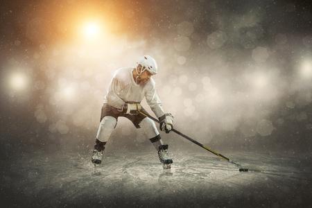 야외 얼음에 아이스 하키 선수,