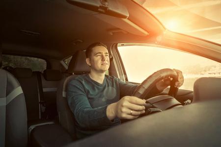 manejando: Hombre sentado y conducir en el coche Foto de archivo