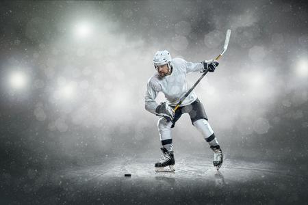 hockey hielo: Jugador de hockey sobre hielo en el hielo, al aire libre