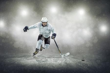 Eishockey-Spieler auf dem Eis, im Freien Standard-Bild - 52323838