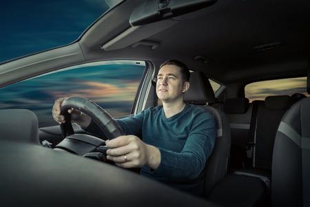 Man zitten en het rijden in de auto Stockfoto