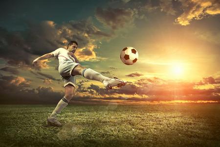 ballon foot: joueur de football avec le ballon dans l'action à l'extérieur.