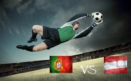 jugadores de futbol: jugador de f?l en el campo de f?l del estadio con el cielo drammatic