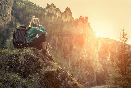Woman hiking around mountains at spreeng time. Banque d'images