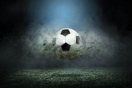 Bewegende voetbalbal rond plonsdalingen op het stadiongebied. Stockfoto