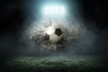 Jugador de fútbol con bola en la acción exterior