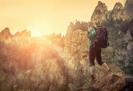 persona caminando: Mujer de caminata alrededor de las montañas en el momento de Spreeng.