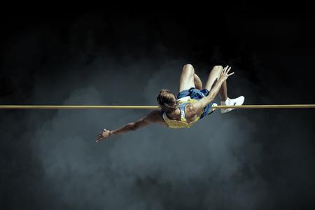 Atleet in actie van hoogspringen. Stockfoto