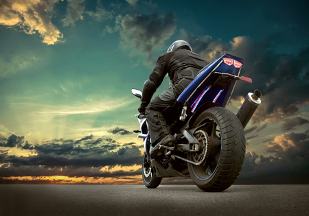 Asiento Hombre en la motocicleta bajo el cielo con nubes Foto de archivo - 59778482