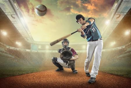 Les joueurs de baseball en action sur le stade. Banque d'images - 59807299
