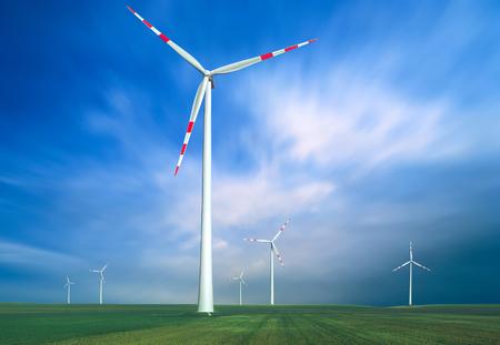 molinos de viento: Molinos de viento al aire libre bajo el cielo.