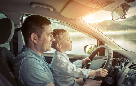Father and son driving in car Foto de archivo