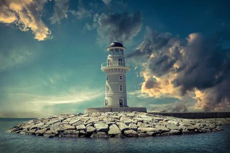 tormenta: Faro en el mar bajo el cielo