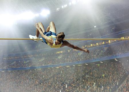 soustředění: Sportovec v akci skoku vysokém.