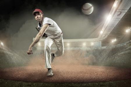 Les joueurs de baseball en action sur le stade. Banque d'images - 63599280