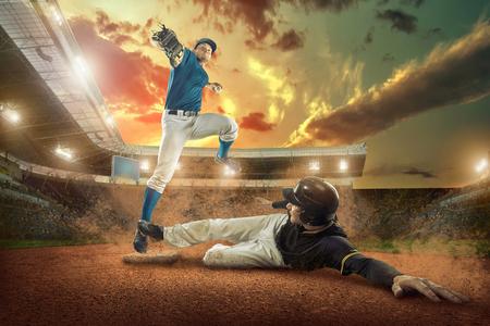 Les joueurs de baseball en action sur le stade. Banque d'images - 63599202