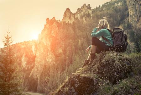 Woman hiking around mountains at spreeng time. 版權商用圖片