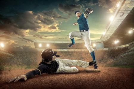 accion: Los jugadores de béisbol en la acción en el estadio.
