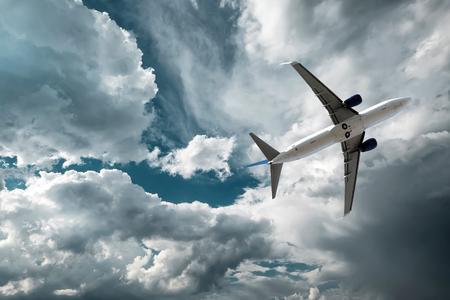 Vliegtuig bij vlieg op de hemel met wolken