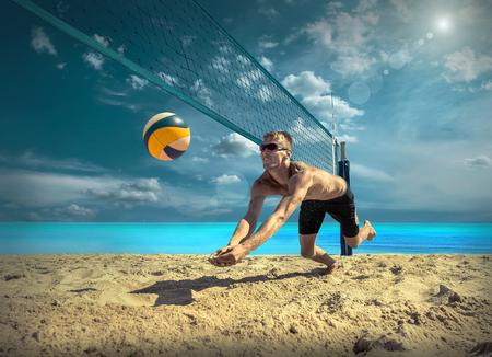 Beach-Volleyball-Spieler in Sonnenbrille unter Sonnenlicht. Dynamische Sport Aktion im Freien. Standard-Bild - 65425535