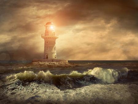 Leuchtturm auf dem Meer unter Himmel.